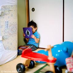 「いっぱい、写真やって~」  やるよ。 「やった~」 兄(喜んでる~) 拓也何歳? 「5さい」 兄(3さいだよ!) 「5さい」 サバ読んでるな(笑) 「5さい!5さい!」 5歳になりたいのか。そのうちなるさ~。