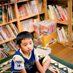 すごいね。本がいっぱい。漫画もあるし、絵本もたくさん。コロコロコミック懐かしい! 「今村さんも読んでた?」 毎月、読んでたよ。お兄ちゃんと同じ部屋なんだ。 「そう。お姉ちゃんは、こっちの繋がったところ」 部屋広いね! 「ターザンできるよ」 ターザン??何それ? 「このロープでターザンがやれる」 やってみせてよ! 「いいよ~!」