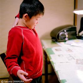 好きな色は? 「赤が好き」 だから、赤いシャツなのか。 「そう。他にもあるよ」 机に挟まっているのは? 「友だちからの手紙とか」 これは? 「学校で、その人のいいところを書くやつ」 え? 「クラスの人が、僕のいいところを書くの」