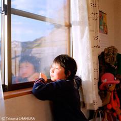 カメラのぞいてみる?「見る!見る!」 上からのぞくんだよ。「わー、すごい」  じゃ、窓のとこで撮ろうか。「あ、お友達だ」 下校中?「気付くかな~。あ、行っちゃった」  (弟が気になって乱入してきた) おぉ、すばしっこい。「弟ね、サルだよ!」 ホントだ!ぶら下がってるしね(笑)