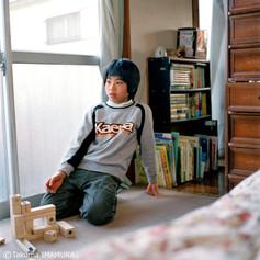 勉強どこでやってるの? 「ここで」 お兄ちゃんみたいな勉強机じゃないんだ。どんな感じでやってる? 正座してやってるんだ。しびれない? 「いや、しびれない」 スポーツやってるの? 「サッカー。今日もこれから練習」