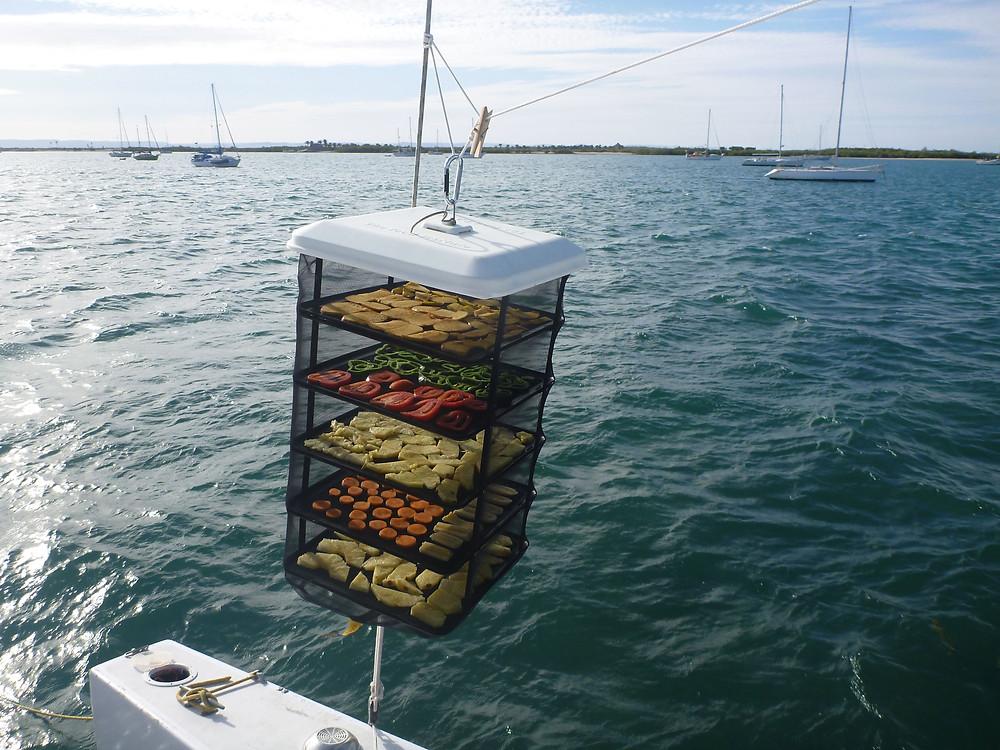 vásárolni is lehet aszalót - vízen a nap ereje jóval intenzívebb