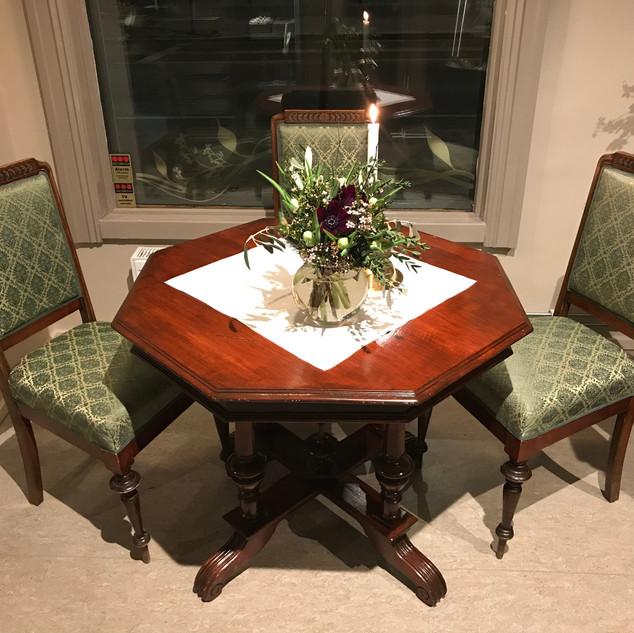 antikk bord og stoler.jpg