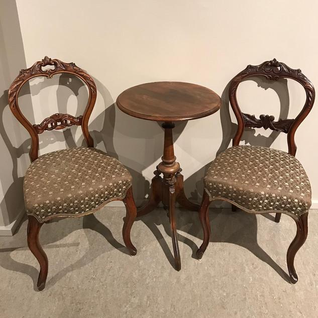 Biedermeier stoler og lite bord i klunkestil