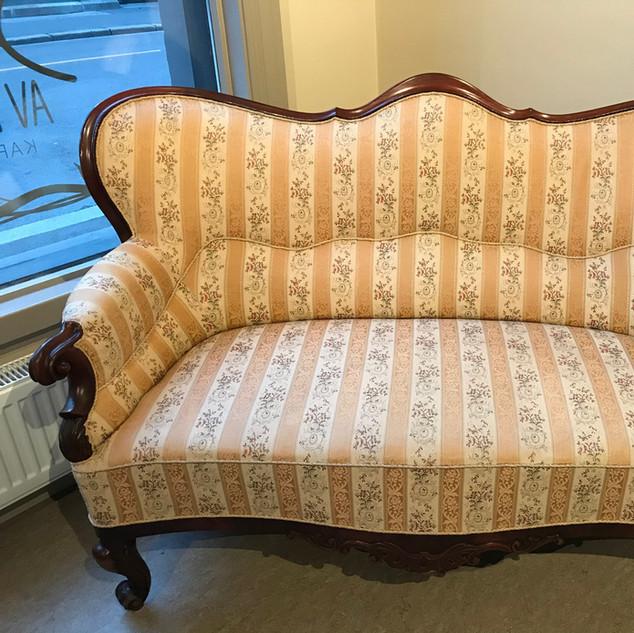 Biedermeier sofa, bord og tre stoler