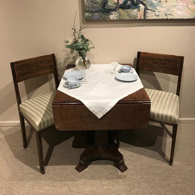 Ny-empire stoler og antikk bord