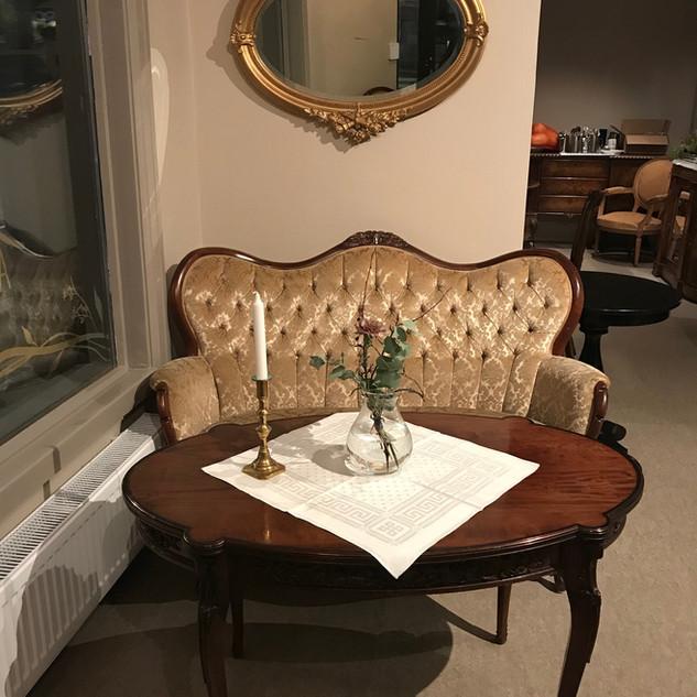 Liten biedermeier sofa med vakkert salon