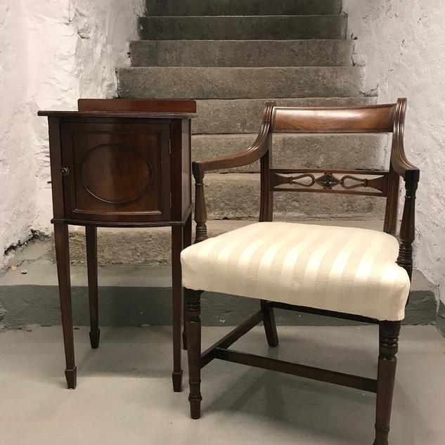 Mahogny armstol og sidebord.jpg