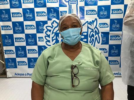 """""""Dona Gilda do Hospital"""" é a primeira profissional de saúde a ser imunizada em Delmiro Gouveia"""