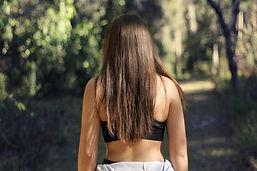 Mädchen, das in Wald