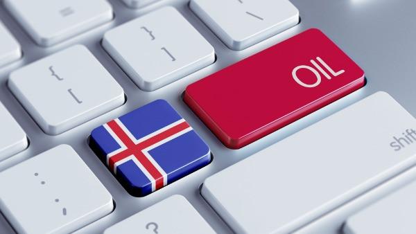 Teclado de ordenador con una tecla pintada con la bandera de Islandia - Diesel vs Gasolina : ¿Cuál es la mejor opción para tu viaje en Islandia?