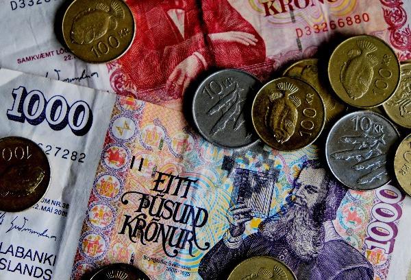 Monedas y billetes islandeses de varios colores -  La moneda de Islandia - Guía de conversión para el viajero