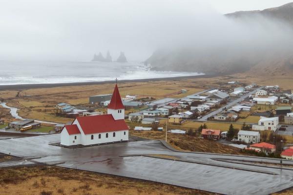 Típica iglesia islandesa con techos rojos en Vík atracción turística