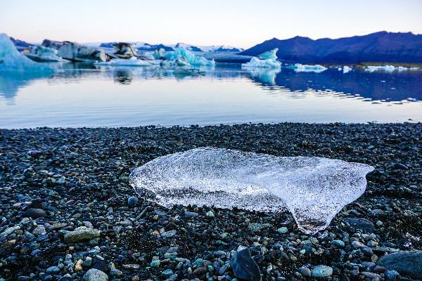 Iceberg en la laguna Jökulsárlón -La extinción del glaciar Okjokull en Islandia