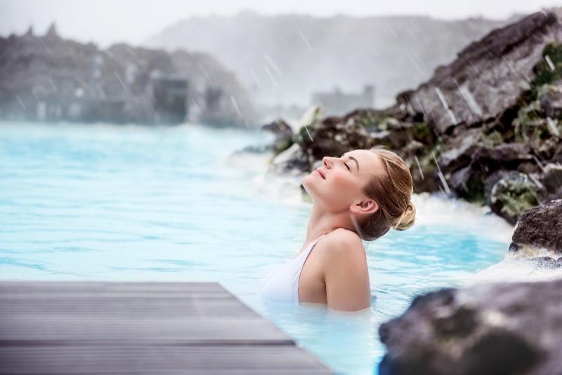 Turista sumergida en la Laguna Azul - Año Nuevo en Islandia 2021