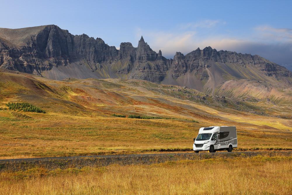 Autocaravana conduciendo por carreteras con paisaje otoñal - ¿Qué hacer en Islandia en Octubre?
