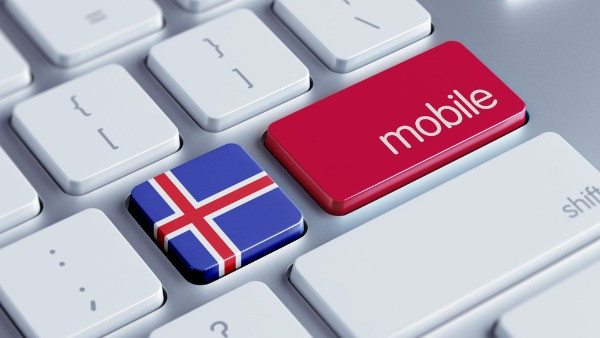 Teclado de un portátil con la bandera de Islandia - ¿Es necesario comprar una tarjeta SIM de Islandia?