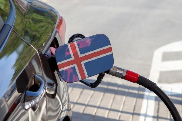 Coche repostando en una gasolinera de Islandia