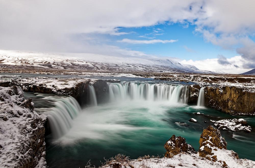 Vista panorámica a Goðafoss – La Cascada de los Dioses en Islandia