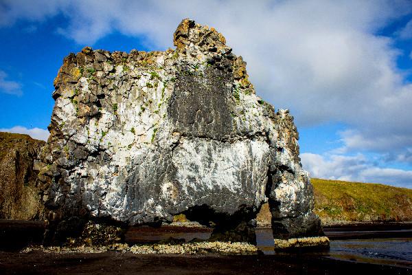 Vista lateral de Roca Elefante - La maravilla volcánica de Islandia