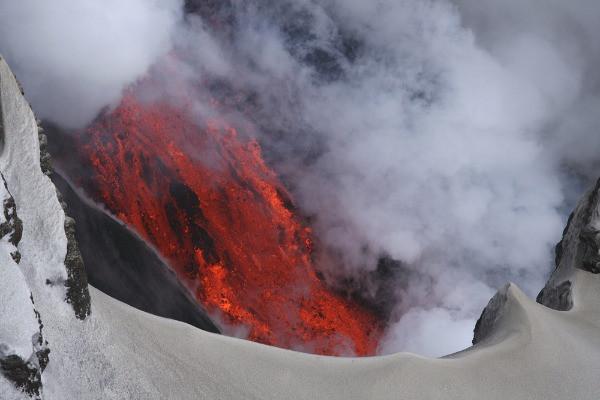 Lava de uno de los volcanes en Islandia descendiendo por la cumbre