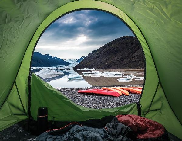 Vistas desde una tienda de campaña a las montañas de Islandia en uno de los 4 mejores campings del país