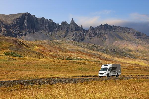 Autocaravana conduciendo por Islandia - Forma preferida de viajar para familias en Islandia