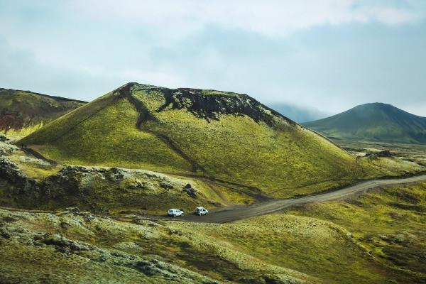 Panorámica de 2 vehículos conduciendo por Islandia -  Guía de viaje a Islandia en camper