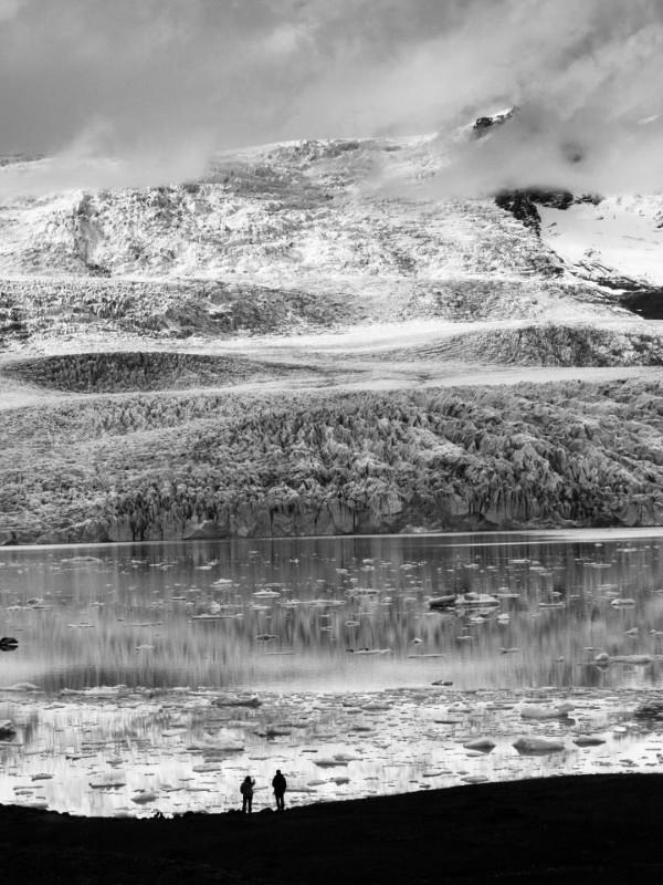 Turistas contemplando la laguna Jokulsarlon - La laguna glaciar Jokulsarlon en Islandia - Guía para el viajero