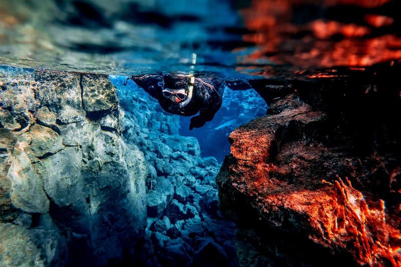 Turista haciendo Snorkel en Islandia: Buceando en la Fisura de Silfra