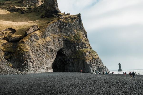 Vistas a las playas negras y sus cuevas en una atracción turística de Islandia - Vík