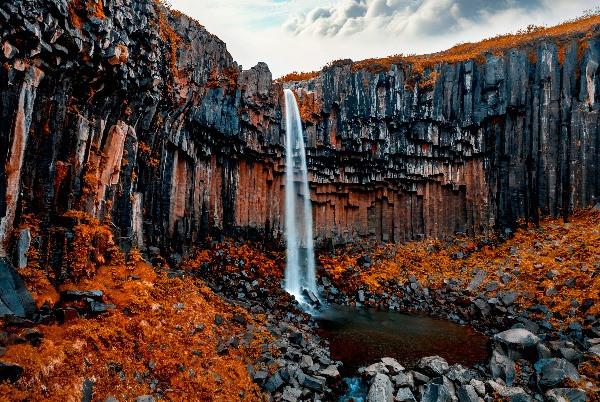 La Cascada Negra de Svartifoss en Islandia durante el otoño