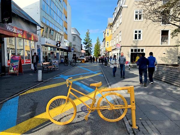 Turistas caminando por la calle Laugavegur - Guía para irse de compras en Islandia