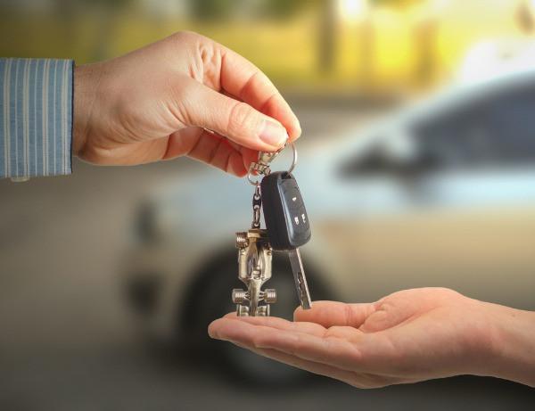 Entrega de las llaves de la camper o autocaravana que puedes conducir en Islandia si cumples la edad mínima