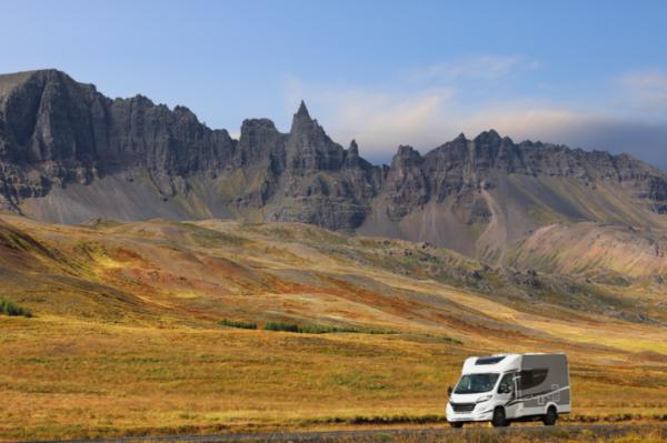 Motorhome conduciendo por las carreteras de Islandia - ¿Cuál es la diferencia entre una camper y una autocaravana?