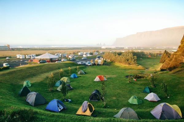 Tiendas de campaña en el camping de Vík - uno de los 4 mejores campings de Islandia