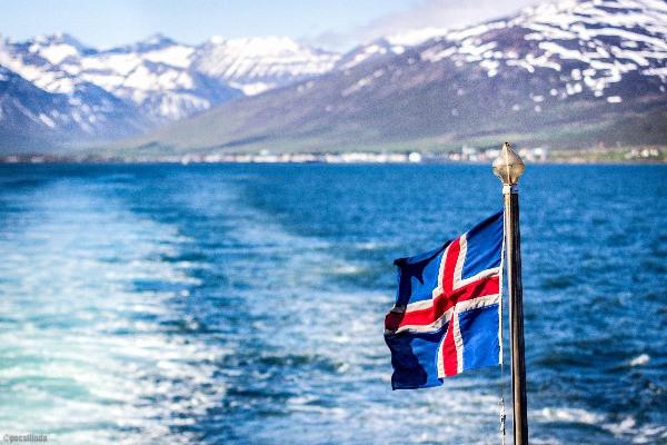 Bandera islandesa ondeante en un barco islandés - Rutas de ferry en Islandia