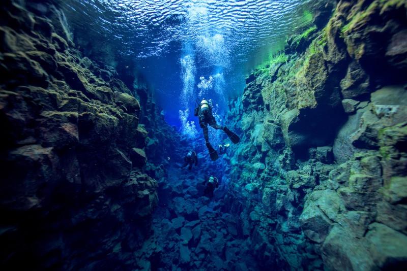 Turista buceando en Silfra - Snorkel en Islandia