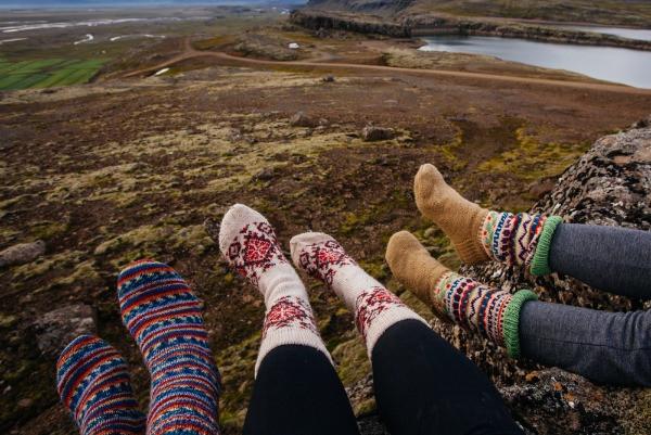 3 adolescentes descansando en uno de los 4 mejores campings de Islandia