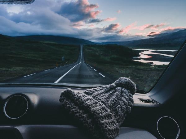 Interior de un coche mediano conduciendo por Islandia
