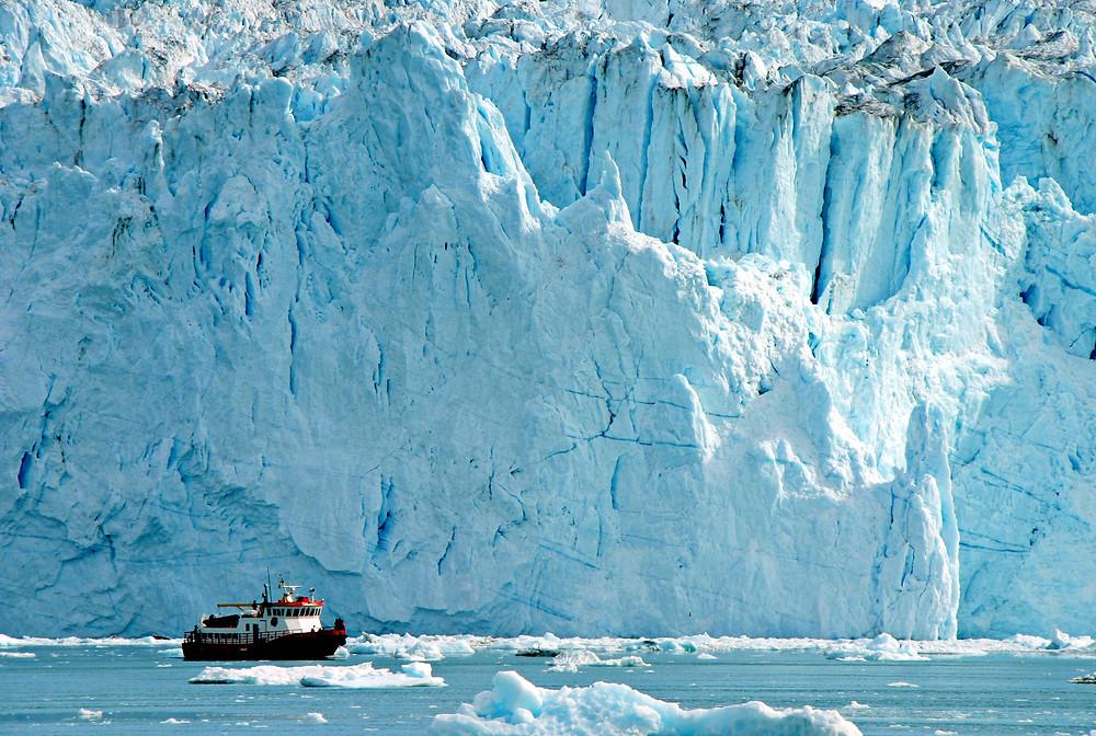 Barco pesquero atravesando una laguna glaciar - La extinción del glaciar Okjokull en Islandia