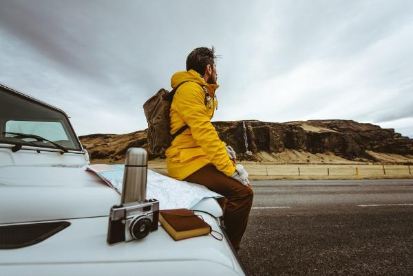 Turista estacionado en una carretera islandesa - Guía para conducir en Islandia en Marzo