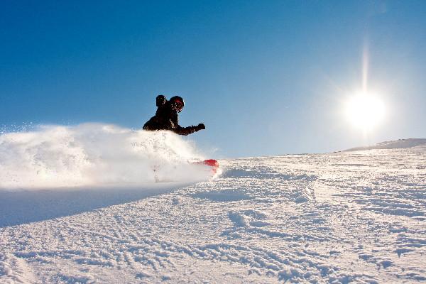 Turista haciendo snowboard en Islandia - Esquiar en Dalvík al norte de Islandia