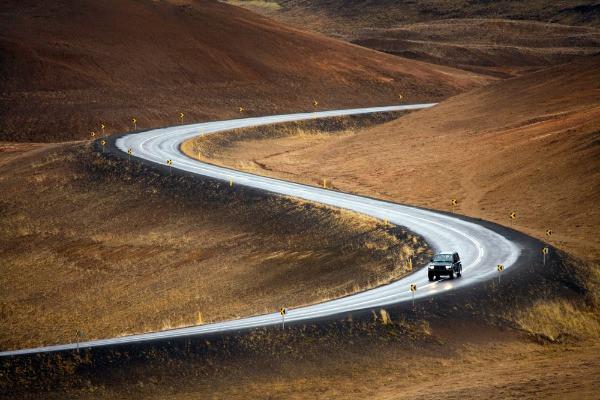 Turista conduciendo por carretera islandesa - Guía para conducir en Islandia en Marzo