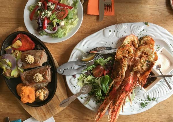 Langostas a la plancha con ensalada y puré de patatas - Los mejores restaurantes de Islandia
