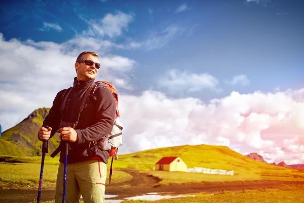 Turista haciendo senderismo - Acampar  en Islandia - Campings abiertos durante el Invierno