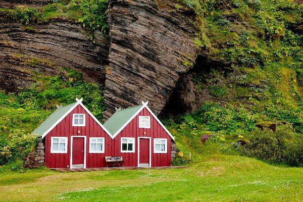 Camping islandés de madera en color rojo - Acampar  en Islandia - Campings abiertos durante el Invierno