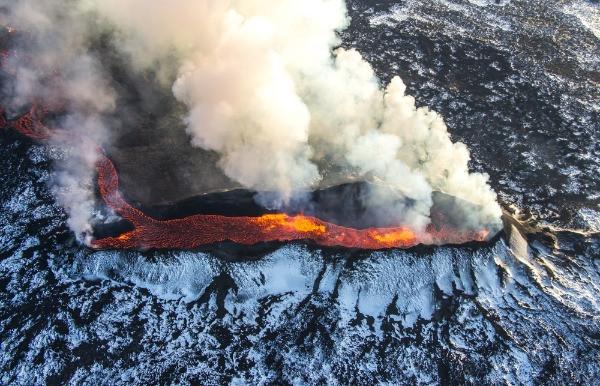 Vista de la erupción de uno de los volcanes en Islandia