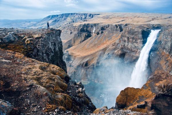 Turista contemplando la cascada Haifoss - La hipnotizante cascada de las tierras altas de Islandia