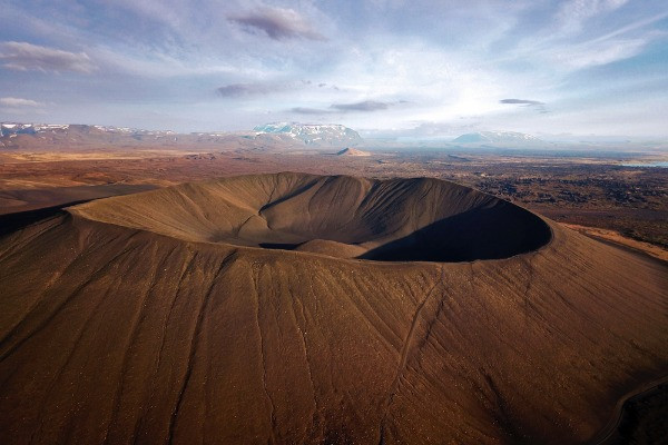 Vista panorámica del volcán - 12 planes imperdibles para hacer en tu viaje por carretera en Islandia